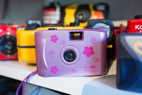 FOR KIDSA En hylle er full av fargesprakende kamera, beregnet på unge fotografer.