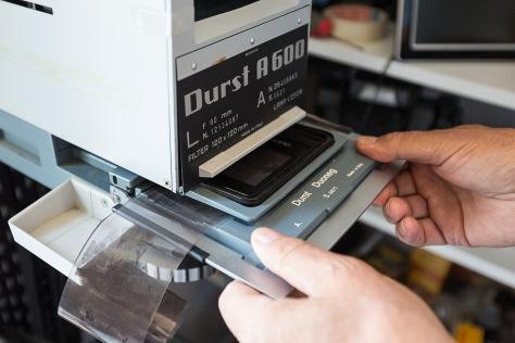 FORSTØRRING AV FILM Det gamle forstørrerelsesappratet er noe mer krevende enn dagens digitale teknologi. Dette var hverdagen for fortidas avisfotografer.